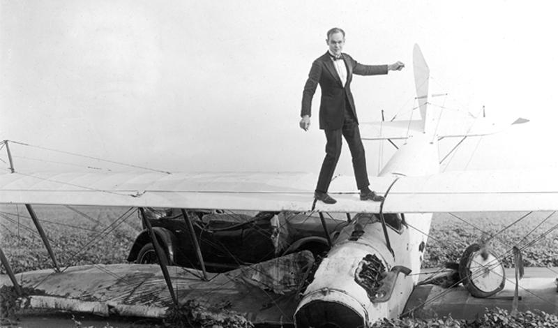 Ормера Локлир Ормера Локлир был истинным смельчаком, первым в мире трюкачом на летающих самолетах. Локлир умудрялся разгуливать по крылу планера, прыгая в воздухе. Изобрел свой трюк акробат и пилот случайно: одну из поломок крыла он решил исправить, просто выйдя с инструментами на его плоскость. Такую возможность ему дал биплан «Дженни», специально разработанный для обучения неопытных пилотов. Самолет умел летать с рекордно низкой скоростью. К сожалению, смельчак погиб во время одного из своих коронных трюков: выйдя на плоскость крыла, он уже не смог вернуться обратно. Локлиру было всего 28 лет.