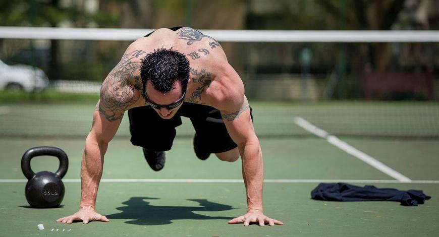 Бурпи Ключевая особенность упражнения — нагрузка на все мышцы тела. Вам не потребуется вообще никакого оборудования, даже турника. И не стоит беспокоиться о недостатке нагрузки: первые 5-10 минут бурпи разгонят ваше сердце до скорости локомотива. Начинайте делать упражнение из положения присед, поставив руки перед собой. Выпрыгивайте назад, в позицию для отжимания и выполняйте отжимание. Тут же возвращайтесь в исходную позу и выпрыгивайте вверх — и повторяйте заново. Один подход должен длиться не менее трех минут, с высокой интенсивностью, сделайте 3-4 подхода.
