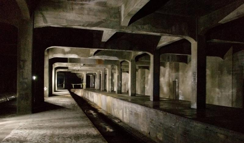 Рэйс Стрит Цинциннати, США В этом городе вся система метро — призрачные станции. В начале 20-го века автомобили и конные экипажи заполонили город. Мэрия решила перевести часть траффика под землю. К сожалению, обвал фондового рынка в 1929 году поставил на этих планах крест: туннели были заброшены — судя по всему, навсегда.