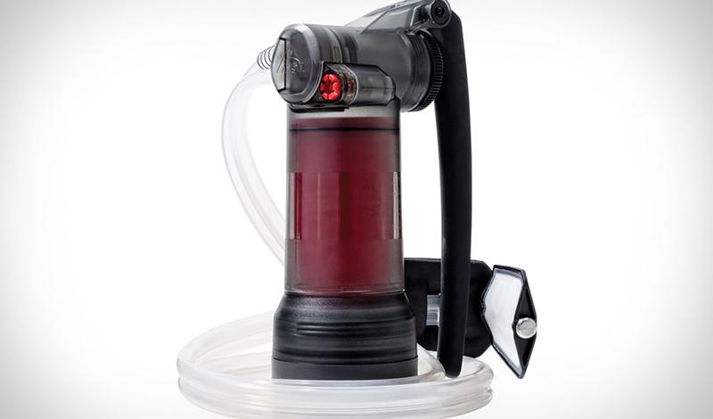 MSR Guardian Water Purifier Очиститель воды MSR может считаться одним из самых совершенных дистилляторов в своем роде. Он умеет удалять не только загрязняющие частицы, но даже микробы и вирусы. MSR способен превратить в чистую воду даже болотную тину, причем первые два литра вы получите уже через одну минуту.