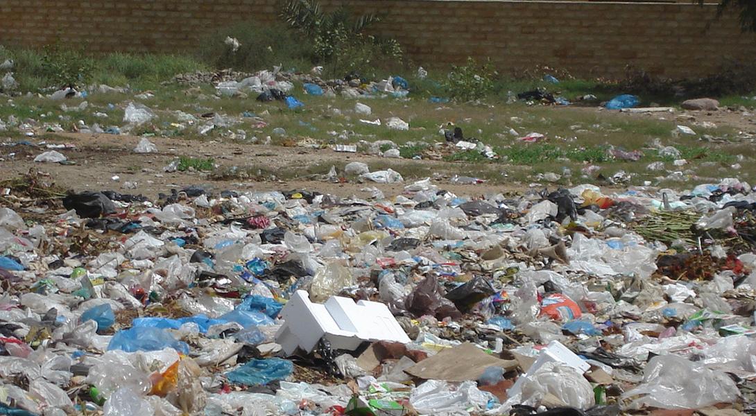 Карачи Пакистан Население пакистанского Карачи — 22 миллиона человек. Даже без промышленных заводов, такое количества народа просто топит окружающую природу в собственных отходах. Отработанные изделия из текстиля, пластика и кожи плавают в сливных водах химических заводов. 8000 тонн твердых отходов сбрасывается в Аравийском море ежедневно.