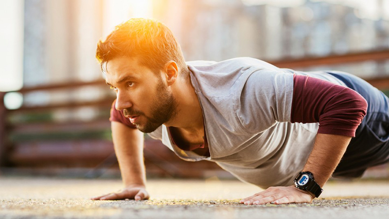 Потеря веса В среднем, за час бега человек может потратить целых 700 калорий. Это немало, учитывая стандартный дневной рацион в 2 500. Если, к тому же, устроить себе небольшой дефицит калорий, то можно похудеть достаточно быстро на одном беге. С другой стороны, тренировка с тяжелыми весами не просто тратит калории, но разрабатывает мышечную ткань, которая, как говорилось выше, сама заставляет тело сжигать жир. Надо ли упоминать, что средний бегун и средний атлет в одном и том же весе выглядят кардинально по-разному? Если любитель кардио просто худ, то второй, обычно, выглядит подтянутым и готовым к действию.