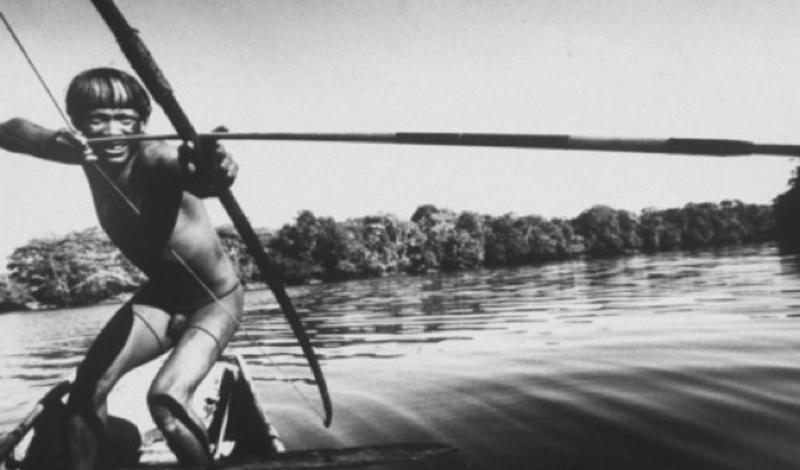 Одинокий бразилец Амазонка Ученые считают этого таинственного аборигена последним представителем затерянного в лесах Амазонки племени. До настоящего момента все попытки наладить контакт проваливались: туземец неизменно менял ареал обитания, как только замечал за собой слежку.