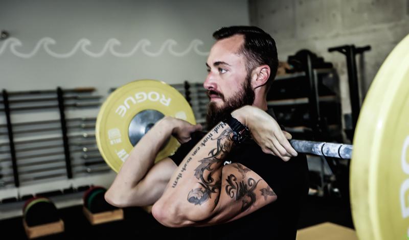 Тяжести а не кардио Многие адепты бега яро уверены: кардиотренировок вполне достаточно для того, чтобы держать себя в форме. Это не так. Работа с весами в зале позволяет наращивать больший объем мышц. Больший объем мышц сжигает большее количество калорий. Вывод: чем активнее вы тренируетесь со штангой, гирями и гантелями, тем быстрее становится ваш метаболизм.