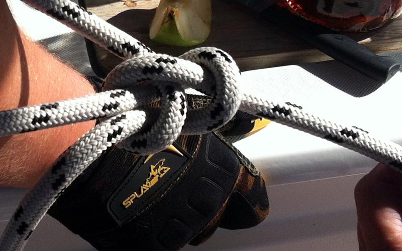 Выучите пару узлов Нам довольно часто приходится что-то завязывать или привязывать. Даже если вы не собираетесь провести ближайшие несколько лет на борту парусной яхты, уметь завязать пару-тройку морских узлов будет действительно полезно: беседочный, таутлайн и простой штык станут отличным началом.