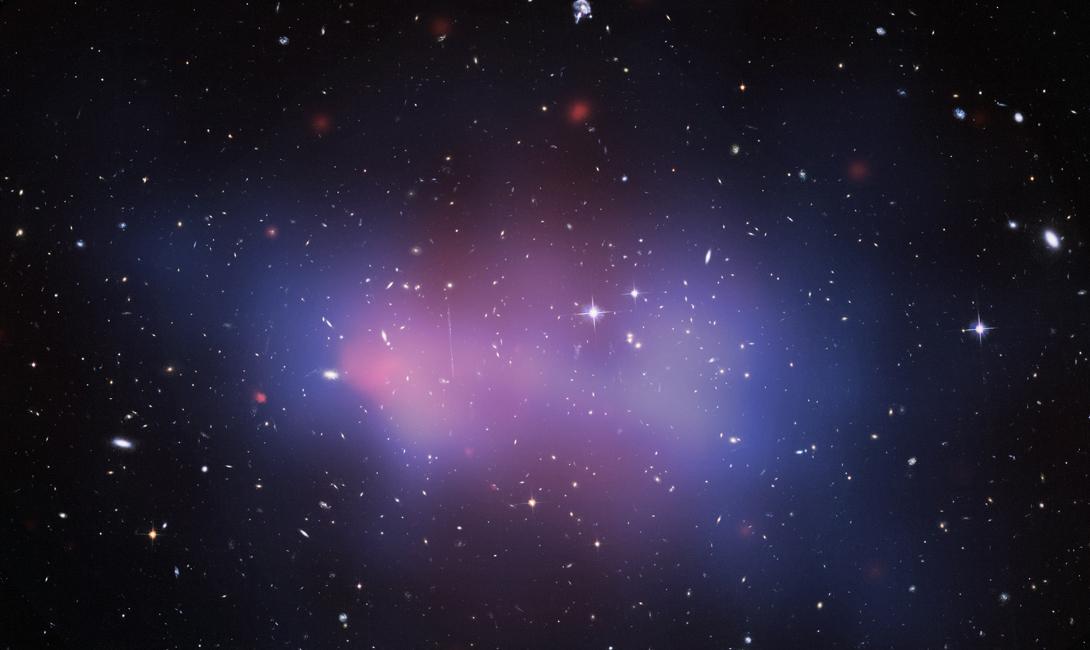 Скопление галактик Эль Гордо В таком необъятном месте, каким является наша вселенная, находится немало очень и очень странных вещей. Одно из явлений — гигантское скопление галактик Эль Гордо. Оно находится в 9,7 миллиардах световых лет от нас. Здесь содержится около 3,000,000,000,000,000 (трех миллионов миллиардов звезд). Шанс найти здесь внеземную жизнь очень велик.