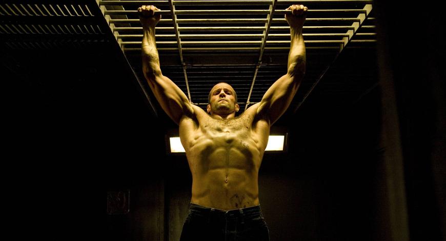 Круговая тренировка Без этого элемента не должно проходить ни одного занятия. Круговая тренировка максимально прокачивает выносливость и взрывную силу конечностей — то, что надо для любого бойцового спорта. В качестве бонуса, такая нагрузка прекрасно формирует рельеф, подсушивая жир по всему телу. Включите в круг три упражнения: отжимания на кулаках, приседания с прыжком вверх и подтягивания. За круг — по 15-20 раз каждого упражнения, без перерыва между ними. Сделайте три подхода, с отдыхом в 40 секунд между ними и можете ползти домой: на что-то большее силы останутся вряд ли.