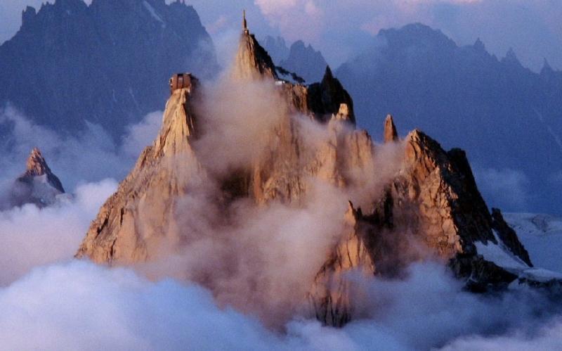 Монблан Месторасположение: Франция, Италия. Альпы Высота: 4695 м Монблан или Белая гора – самый высокий массив в горной гряде и самая высокая вершина в Европе. Среди альпинистов гора Монблан не считается особо опасной для восхождения, однако по какой-то зловещей иронии судьбы бьет рекорды по смертности. За историю восхождений, насчитывающей более двух веков, склоны Белой горы унесли жизни нескольких тысяч скалолазов – цифра, до которой далеко даже Эвересту.