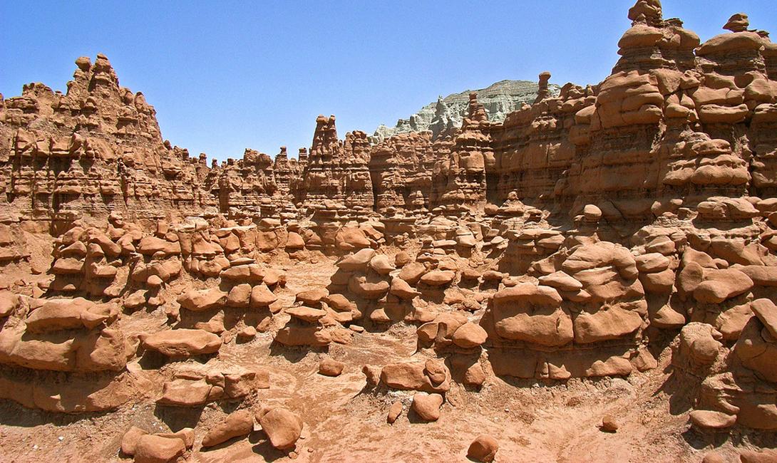 Долина Гоблинов США Государственный парк «Долина гоблинов» привлекает посетителей странными грибовидными образованиями песчаника. Долину часто сравнивают с поверхностью Марса.