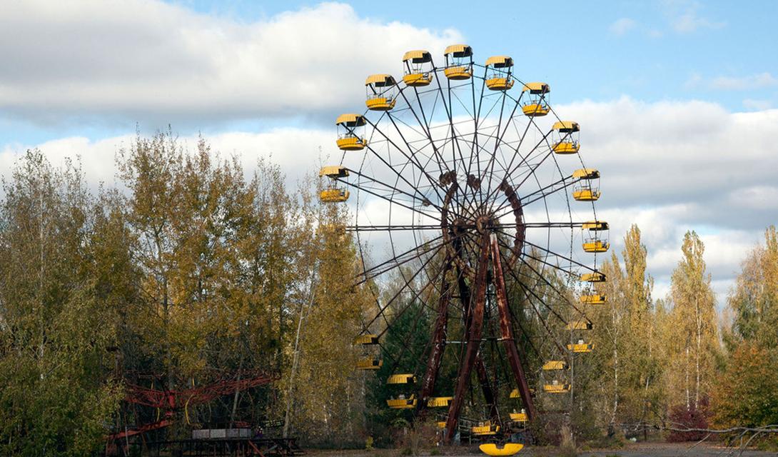 Припять Украина Леденящая кровь история Чернобыльской катастрофы останется с человечеством на века. Припять, куда сравнительно недавно начали водить экскурсии, выглядит городом из страшных кошмаров любого подростка.