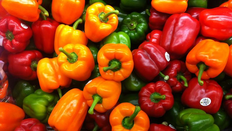 Акнеподобные шишки на руках и бедрах Что нужно: незаменимые жирные кислоты и витамины А и D. Сократите потребление трансжиров и повысьте концентрацию здоровых жиров. Сосредоточьте рацион на больших количествах лосося и сардин, орехв, как грецких, так и миндальных. Для получения витамина А, добавьте сюда зелень и овощи — морковь, сладкий картофель и красный перец. Это даст телу бета-каротин, из которого оно добудет витамин А.
