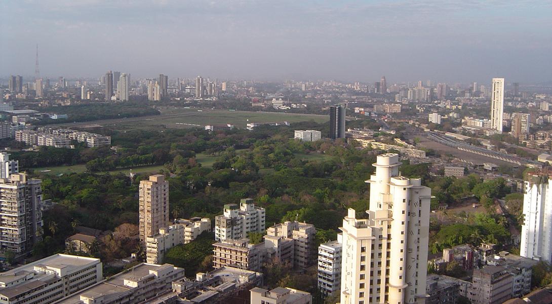 Мумбаи Индия Мумбаи является восьмым городом в мире по численности населения: здесь проживает целых 12,7 млн человек — и это только по официальным данным. Дороги обслуживают более 70 0000 частных транспортных средств в день, что вызывает не только дикие пробки, но и сильное загрязнение воздуха. Уровень шума вообще не поддается описанию. Также, впрочем, как и процентное содержание в воздухе оксида азота, которое приводит даже к кислотным дождям.