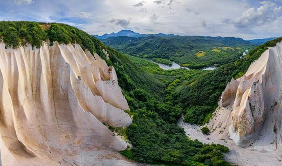 Пышная зеленая растительность только оттеняет суровую красоту обнаженных скал.