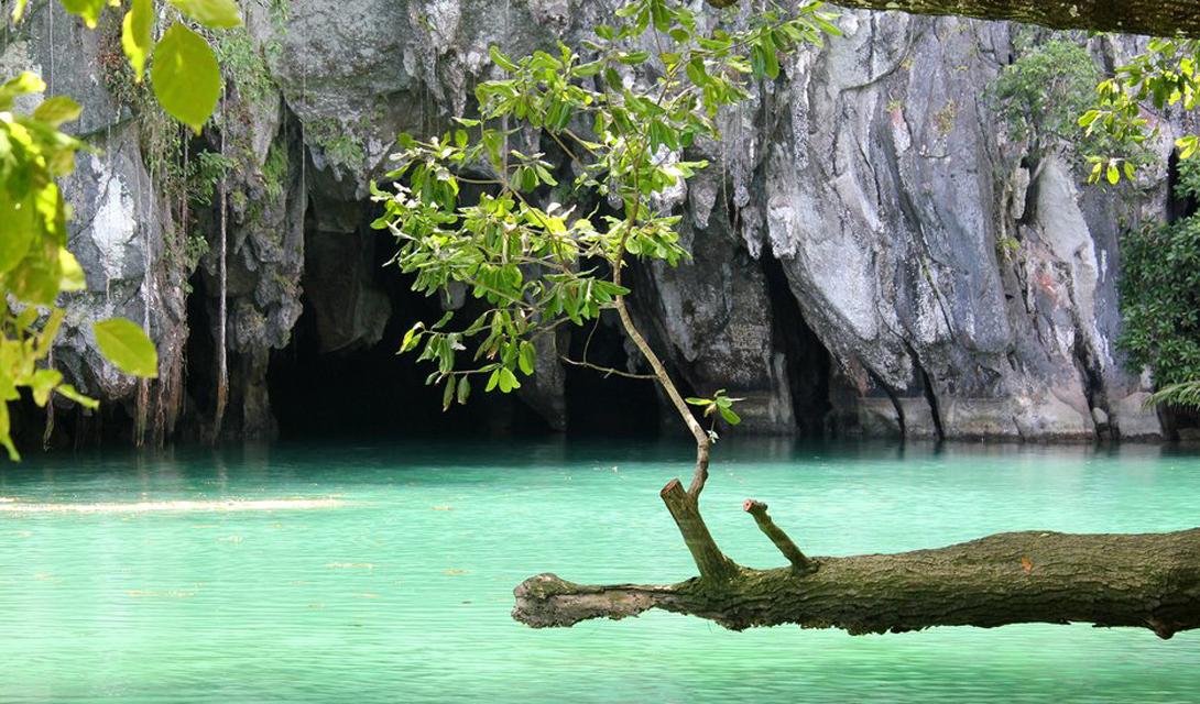 Перед нами — вход в знаменитую пещеруПуэрто-Принцесса, где протекает подземная река, входящая во Всемирное наследие ЮНЕСКО.