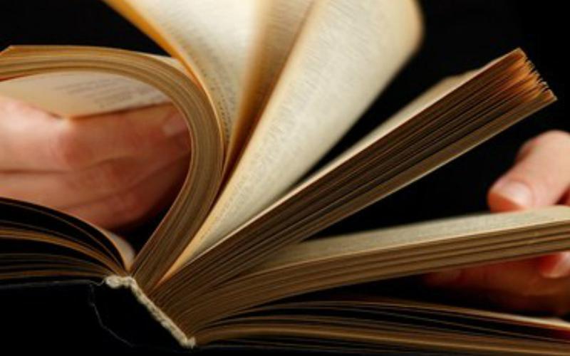 Быстрое чтение Многие люди пытаются проговаривать каждое прочитанное ими слово. В результате, скорость чтения значительно замедляется — ведь вы, практически, проговариваете слова, пусть и в своей голове. Старайтесь заглушить голос, читая слова только глазами. Пары минут практики вам хватит, чтобы мозг перестроился на новую, более быструю схему чтения.