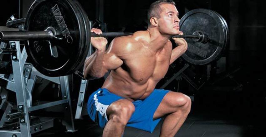 Силовые тренировки нужны не только для набора мышечной массы и последующих гордых дефиле по пляжным улицам. Это, конечно, сам по себе чуть ли не главный мотиватор. Мало кто знает, что силовой тренинг укрепляет и кости — а значит, делает крепким все тело. Меньше травм, меньше болезней и никакого артрита в старости.