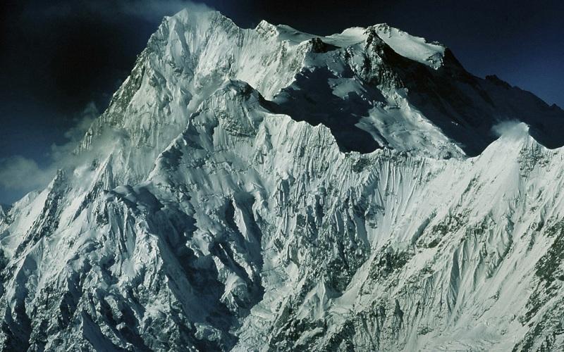 Нанга Парбат Месторасположение: Пакистан. Гималаи Высота: 8126 м До того как Эверест обрел свою популярность среди альпинистов, именно Нанга Парбат занимал первенство по числу погибших на его склонах скалолазах. За что и получила прозвище Гора-убийца. В 1953 году пытаясь добраться до ее вершины, погибло сразу 62 человека. С тех пор, видимо, гора утолила свою жажду крови. На сегодняшний день смертность существенно снизилась – до 5,5%.