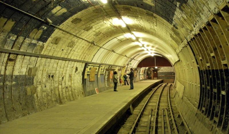 Олдвич Лондон, Англия Лондон обладает старейшим метро в мире. Естественно, что здесь можно насчитать сразу несколько станций-призраков. Остановка Aldwych использовалась как бомбоубежище во время Второй мировой войны, после которой так и не была введена в эксплуатацию вновь. Зато местные интерьеры полюбились киношникам: Олдвич можно увидеть в «28 недель спустя» и «Шерлоке».