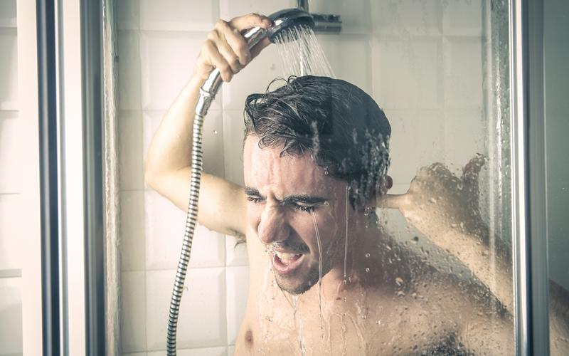 Принимайте холодный душ Джеймс Бонд был известен своей привычкой принимать холодный душ — в кино это смотрелось очень мужественно и, как оказалось, вполне мужественно смотрится и в жизни. Тестостерон лучше вырабатывается, когда ваши семенники находятся в прохладе. Стимуляция холодным душем тела стимулирует выработку этого важного гормона в течение всего дня.