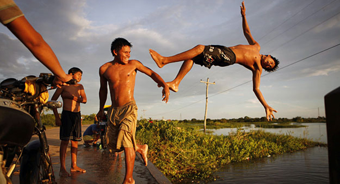 Прыжки с моста Высота в несколько метров вызывала не страх, а только презрение. Какой индеец боится прыгнуть в воду с железнодорожного моста? Правильно, только самый умный. К несчастью, таких в племени было меньшинство. Задача нередко усложнялась: прыгали на газету, делали сальто и даже пытались попасть в корабельный спасательный круг.