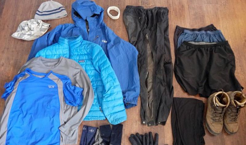 Согреть одежду Этот совет пригодится тем, кто любит долгие зимние походы. Если вы устроились на кемпинг в прохладное время года — захватите одежду с собой в спальный мешок. Тогда с утра у вас будет полный комплект комфортного по температуре белья.