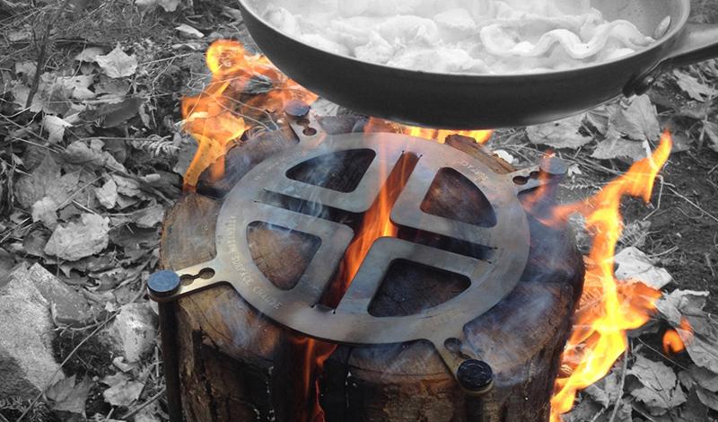 Miti Log Stove Вам больше не нужно тратить время и силы, подготавливая костер к приготовлению пищи. Все, что потребуется — небольшая пластина из нержавеющего металла Miti Log Stove. Она может быть закреплена на дровах, превращая их в функциональную печь.