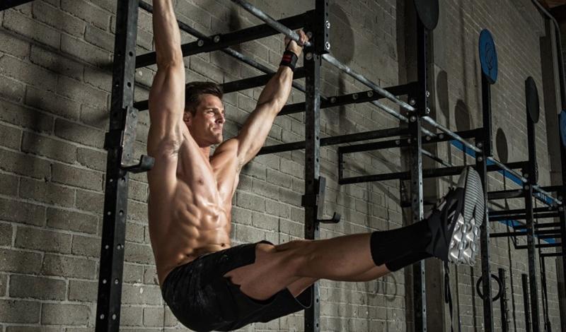 Быстрые повторения Интенсивность никогда не была залогом хорошей проработки мышц живота. Любые упражнения на пресс нужно обязательно выполнять в непрерывном, размеренном темпе. Кроме того, постарайтесь контролировать каждое движение: таким образом вы действительно будете качать нужные мышцы, а не напрягать спину впустую.