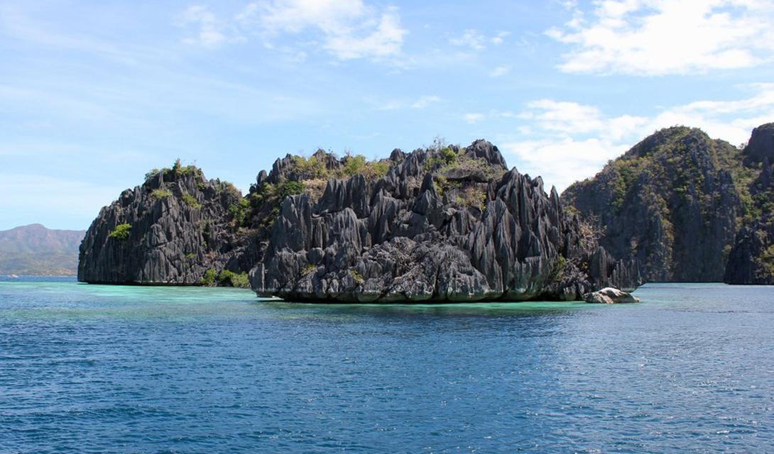 Такие, совсем крошечные островки раскиданы по всей акватории Палавана. Любой желающий может взять каяк и отправиться на исследование.