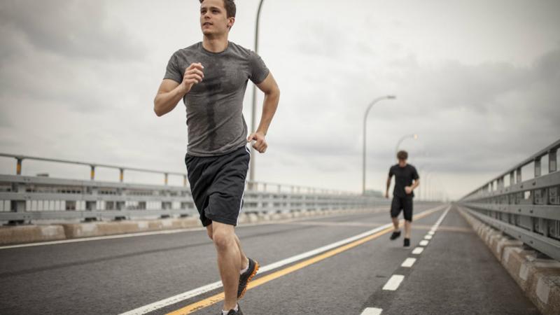 Метаболизм бегуна Напротив, кардиотренировка не способна вызвать такой же отклик. Метаболизм пробежавшего спринт или марафон человека, ускоряется только на два часа после окончания тренировки. Вы не нарастили никаких мышц, а значит, телу не нужно тратить лишние калории, чтобы их поддерживать — все возвращается на круги своя.