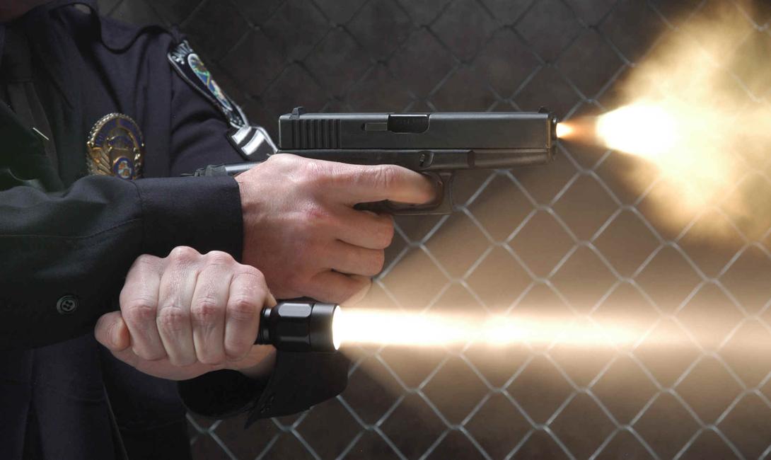 Что такое тактический фонарик Тактические фонари изначально разрабатывались для полицейских и военных структур. Именно поэтому, многие современные фонарики такого рода могут быть установлены на любое оружие, оснащенное, к примеру, планкой Пикатинни. Тактические фонари, как правило, меньше обычных и изготовлены из оружейного алюминия для большей прочности. Простая и безобидная с виду штуковина может и в самом деле спасти вам жизнь в сложной ситуации — безо всякого оружия.