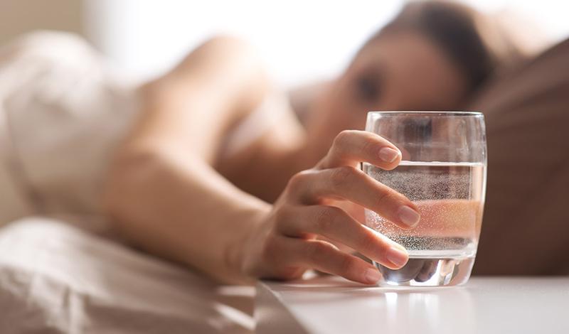 Холодная вода Самая обычная холодная вода — чуть ли не лучший катализатор метаболизма. Организм тратит энергию на ее обогрев: если пить холодную воду постоянно в течение дня, то тело скорректирует свою потребность в энергии и ускорит метаболизм.