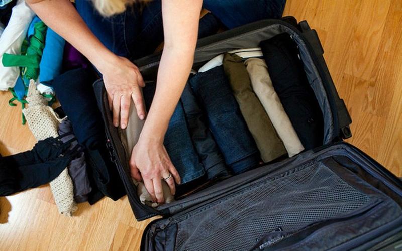 Складывать одежду Не тратьте время на длинные сборы — сколько нервов и времени можно было бы сэкономить, просто умея правильно складывать вещи. Секрет в том, чтобы скатывать одежду в аккуратные рулоны, ну и, конечно же, стоит отказаться от ненужных мелочей.