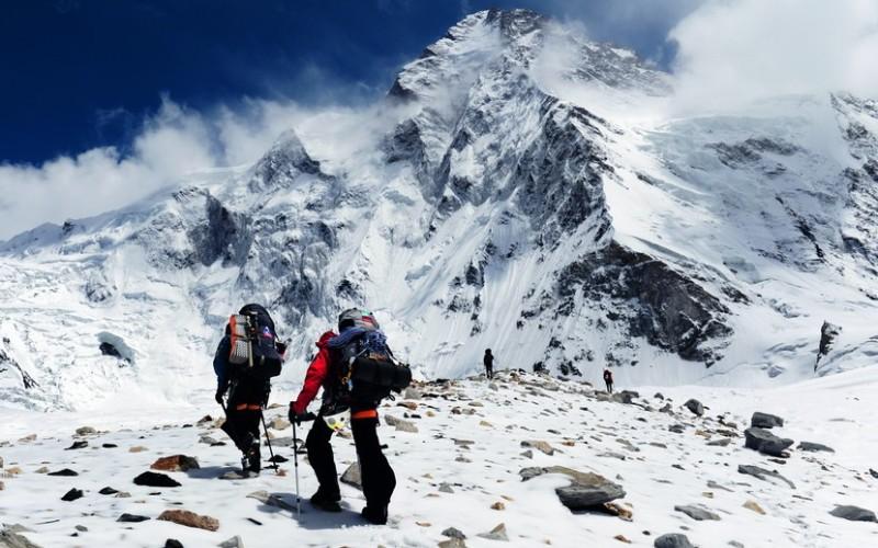 К2 Месторасположение: Пакистан, Китай. Гималаи Высота: 8614 м Гора К2 или Чогори предоставляет максимально экстремальные условия для восхождения. Эта гора не знает пощады и не прощает ошибок – каждый четвертый пытающийся подняться до ее вершины скалолаз погибает. В зимний период восхождение и вовсе не представляется возможным. Свой вклад в историю восхождений на К2 внесли наши соотечественники. 21 августа 2007 года русским альпинистам удалось пройти по самому сложному маршруту, по считавшемуся до этого времени непроходимым западному склону вершины.