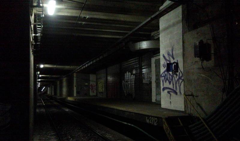 Альберти Норте Буэнос-Айрес, Аргентина Станция Alberti Norte была открыта в 1913 году и закрыта в 1953: она располагалась слишком близко к другой станции на линии и поезда просто не могли развить нужную скорость до следующей остановки. В 1980-х годах некоторые вагоны были оснащены дисплеями, на которых пассажиры могли видеть эту станцию-призрак.