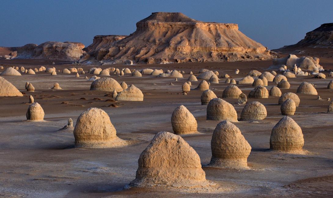 Белая пустыня Египет эль-Сахара-эль-Бейда является одной из самых известных египетских достопримечательностей. Наравне с пирамидами и великим сфинксом, она символизирует удивительную самобытность этой страны.