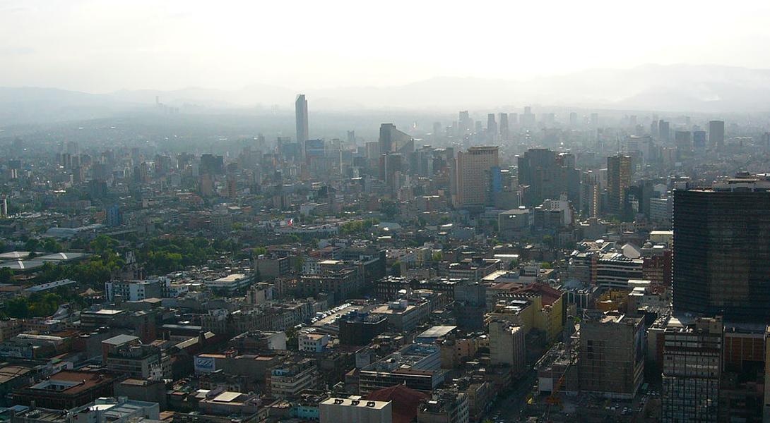 Мехико Мексика Эксперты уверяют, что дышать в Мехико сравнимо с выкуриванием двух пачек сигарет в день. Сейчас состояние города немного улучшилось, но еще в 90-е годы ООН заявляло, что воздух здесь может убивать пролетающих мимо птиц.