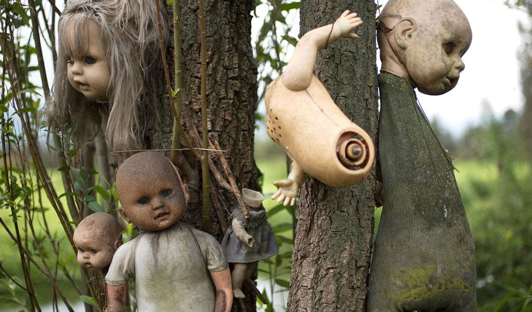Остров Кукол Мексика Isla de las Munecas выглядит игрой больного воображения продвинутого гейм-дизайнера. По всей площади острова раскиданы части кукол, некоторые —повешены на деревьях.