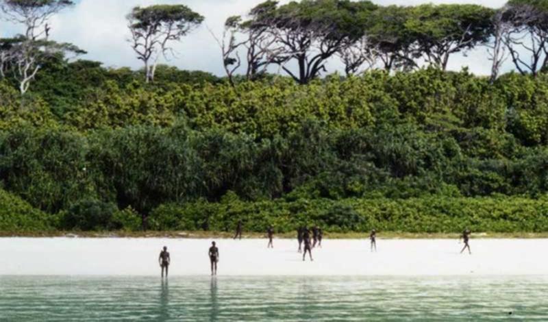 Сентинел Таиланд Самое негостеприимное племя в мире — группа Сентинел, расположившиеся на Северном Острове Стражей, у берегов Таиланда. Исследование этого племени зашло в тупик: съемочная группа National Geographic была встречена градом стрел, погибли гиды, а ведущий получил стрелу в плечо. Все последующие попытки контакта воспринимались туземцами также и правительство Таиланда объявило остров заповедником.