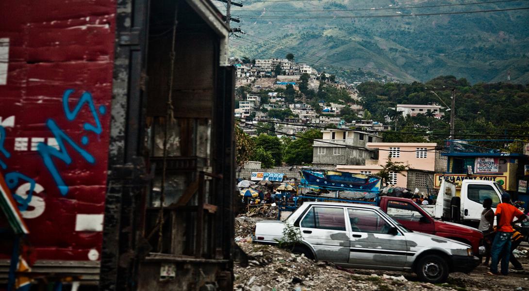 Порт-о-Пренс Гаити Из-за ненадежных электросетей, жители Порт-о-Пренс предпочитают использовать дизельные генераторы в качестве достойной альтернативы. Кроме того, они активно используют уголь и вообще все, что горит, для приготовления пищи. Эти факторы, плюс привычка сжигать мусор и достаточная загруженность дорог делают Порт-о-Пренс не самым приятным для жизни городом.