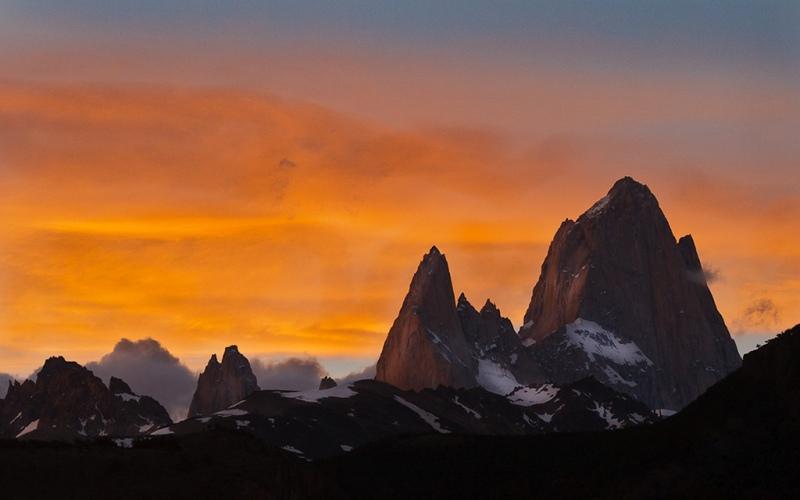 Фицрой Месторасположение: Аргентина, Чили. Патагония Высота: 3359 м Этот величественный гранитный пик является одновременно самой непосещаемой и одной из самых опасных горных вершин. За год в среднем здесь происходит только одно удачное восхождение. Перед скалолазом стоит сразу две проблемы: во-первых, чтобы забраться на вершину нужно преодолеть отвесный участок скалы высотой 600 метров, а во-вторых, ненастная погода, которая может держаться неделями может вообще отбить всякое желание карабкаться по скалам. Кроме того, забраться на Фицрой можно лишь в период с декабря по февраль – летние месяцы в южном полушарии.