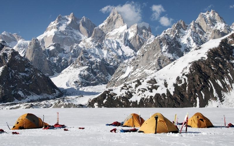 Массив Винсон Месторасположение: Антарктида Высота: 4892 м Высочайшие горы Антарктиды не считаются в альпинисткой среде слишком сложными для восхождения. С 1958 года на их вершины поднялось около полутора тысяч человек. Самое сложное – это добраться до самого массива. Антарктида подходящее место для пингвинов, но людям замерзнуть насмерть или сгинуть в буране здесь проще простого.