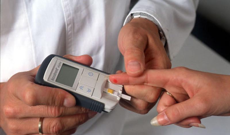 Проблемы с инсулином Одной из причин, по которым пришлось остановить эксперимент (помимо здравого смысла), было резкое уменьшение выработки инсулина участниками. Этот скачок мог привести к развитию диабета в самое короткое время. Таким образом, врачи опытным путем доказали несомненную связь между ожирением и ухудшением состояния здоровья человека.