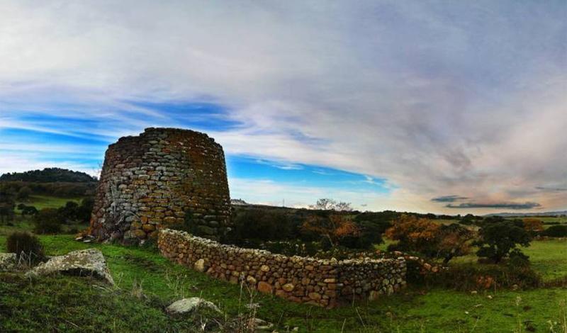 Таинственные башни Башни на вершинах гор Сардинии соединены сложными подземными туннелями, которые были оборудованы системами хранения продуктов питания. Ученые так и не смогли понять, для чего была выстроена эта система. Единственное разумное объяснение также предложил античный философ Плутарх, утверждавший, что островитяне смотрели с высоких башен на то, как тонет их страна. Таким образом, эти сооружения и могут быть теми самыми башнями, заранее оборудованными в предчувствии катастрофы.