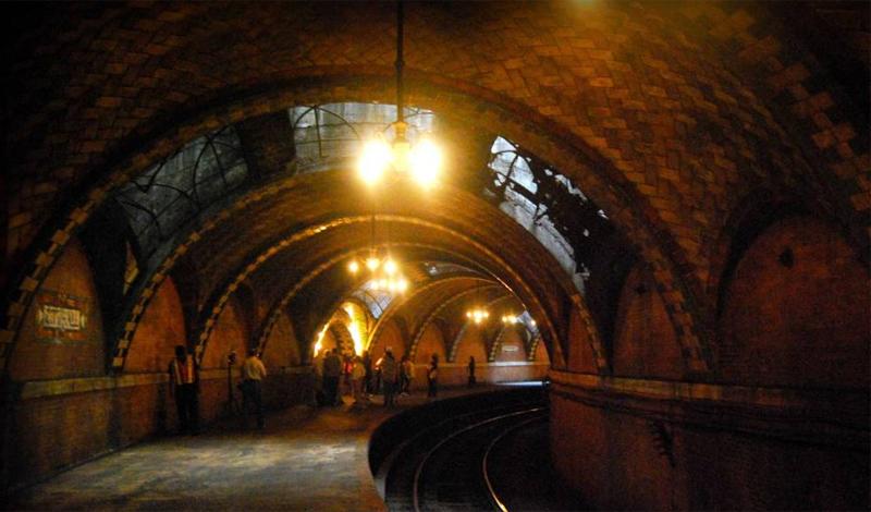 Сити Холл Нью-Йорк, США City Hall Station считается 12-ой самой красивой станцией метро в мире. Она функционировала с 1904 года по 1945, в котором закрылась навсегда. Архитекторы не предусмотрели возможность апгрейда станции: новые, более длинные составы просто не могут здесь останавливаться. Тем не менее Сити Холл до сих пор открыта для экскурсий.