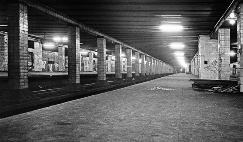 Нордбанхоф Берлин, Германия В немецком есть специальное слово, обозначающее станцию-призрак: Geisterbahnhöfe. Его ввели в обиход во время разделения города на две части: стена отделяла Восточный Берлин от Западного, а поезда метро, шедшие под землей, просто не останавливались на восточных станциях. Люди могли из окон наблюдать, как приходят в запустение эти помещения, бывшие ключевыми хабами столицы. Когда пала Берлинская стена, многие из станций вернули к жизни: Нордбанхоф вновь открыли в сентябре 1990 года.