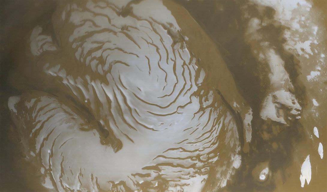 Зачем нам это вообще В сущности, позитивного ответа на этот вопрос нет. Колонизация Марса не способна дать человечеству ничего интересного — на данном этапе. Эта планета не содержит полезных ископаемых, которые могли бы хотя бы оправдать риск живущих здесь колонистов. Земля все еще обладает большими территориальными ресурсами: человечество не освоило огромные пространства приэкваториальных пустынь, не говоря уже о Сибири и целой Антарктиде.