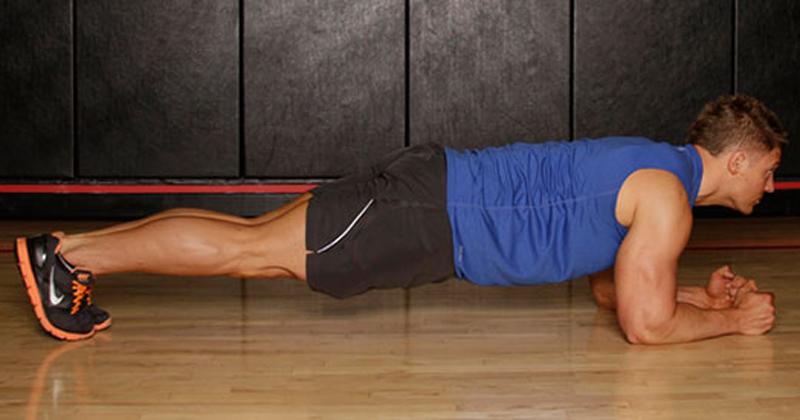 Статика Не пренебрегайте упражнениями на статику. Они, как и многие другие нагрузки, где в качестве веса используется ваше собственное тело, позволяют организму проще приспосабливаться к более тяжелым упражнениям. Выполните двухминутную стандартную планку в конце тренировки и следующая пройдет для вас гораздо проще.
