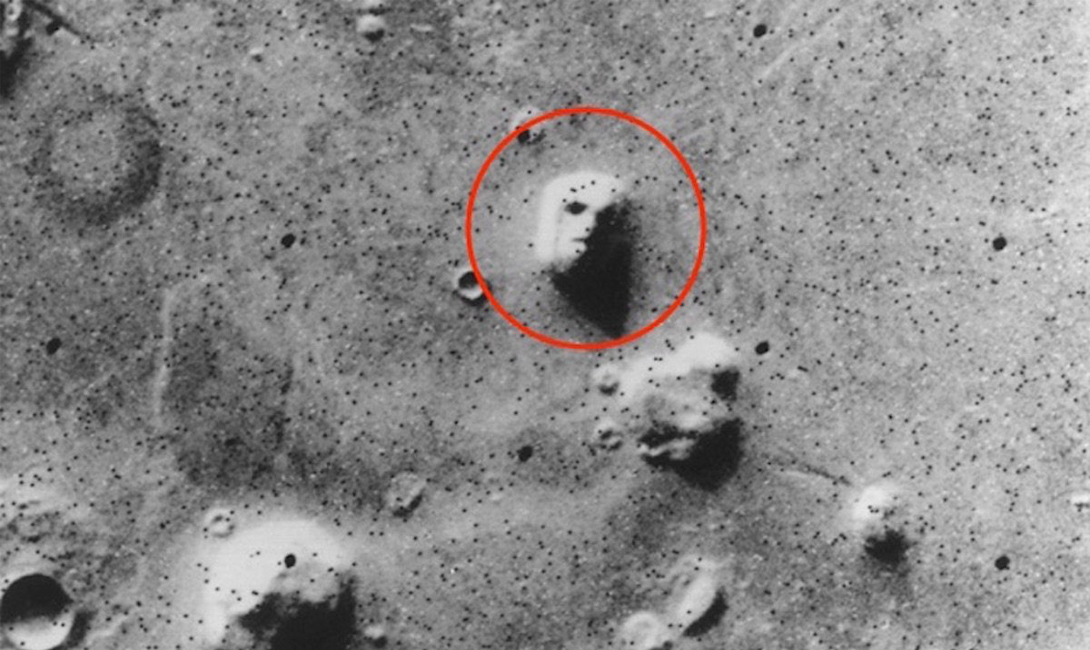 Лицо на Марсе Когда космический аппарат NASA, Викинг-1 передал первые снимки Марса, общественность была шокирована обилием предметов, схожих с человеческими лицами. К примеру, вот эта фотография была названа любителями конспирологических теорий доказательством существования жизни на красной планете.