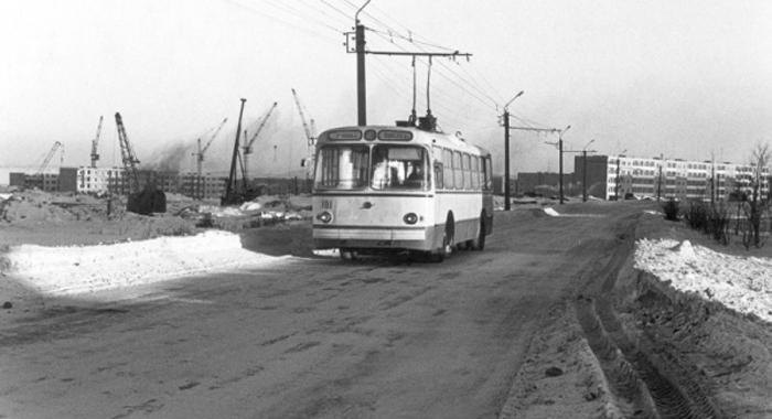 Зацеп за транспорт Веселее скатывания с ледяной горки на собственной заднице были только зацепы за идущий транспорт. Автобус, трамвай, легковая машина — подходило все, у чего есть бампер. С этим развлечением связано большинство зимних травм: транспорт поворачивал, сдавал назад, да и просто скидывал надоедливых детишек в кювет.