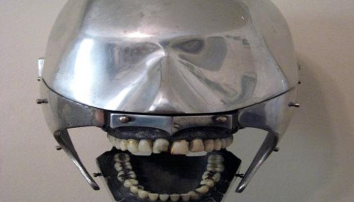 Стоматологический муляж Модель использовали молодые врачи, чтобы не причинять первым пациентам уж слишком много страданий. Выглядит этот муляж совершенно дико: будто проектировал его сам Гигер. Пикантности добавляли настоящие зубы, которые практиканты добывали обычно в морге.